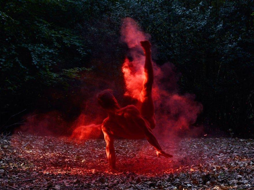 Zviedru fotogrāfs iemūžina kailus dejotājus pie dabas krūts