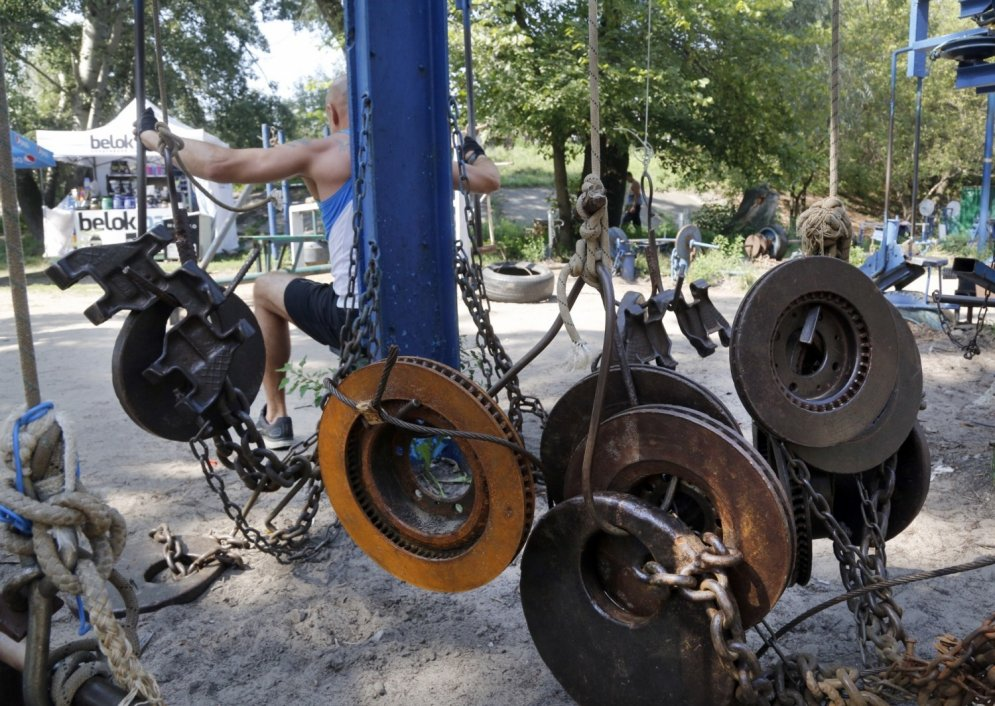 Spītējot tveicei, ukraiņu vīri cīnās Kačalkā