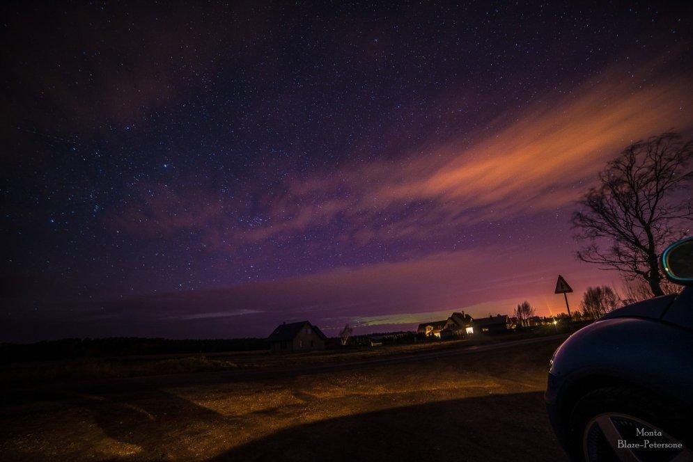 Krāšņi foto: Ziemeļblāzma iekrāso debesis pie Ventspils